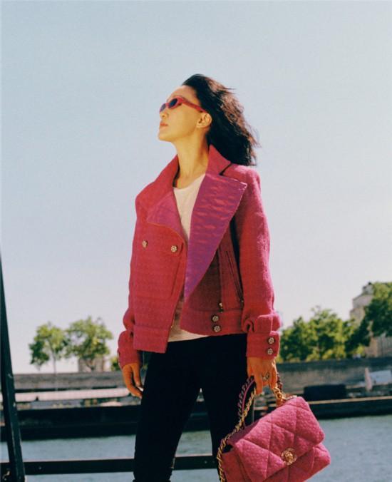 周迅巴黎街拍 玫粉色外套早秋气息十足